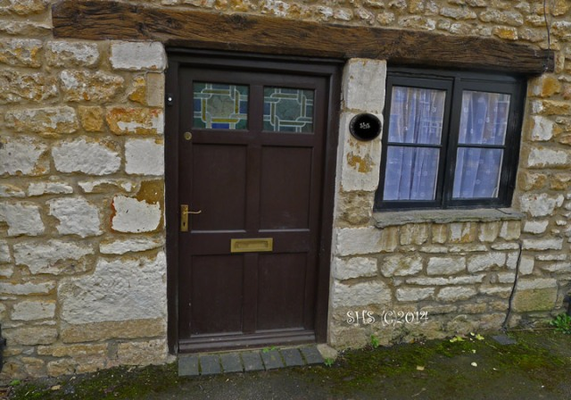 photography by susan sheldon nolen of a door in Wolvercote Village